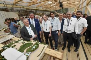 Cesare Avesani Zaborra nel cantiere della nuova Serra dei Giganti, insieme al plastico