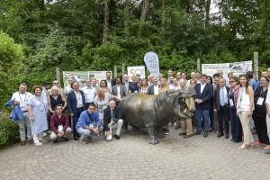 Ospiti internazionali di fronte alla statua di Pippo, animale fondatore del Parco natura Viva